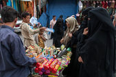 Buying biscuits in Yemen — Stock Photo