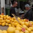 Selling grapefruits in Izmir, Turkey — Stock Photo
