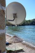 在海滩上的卫星天线 — 图库照片
