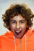 Chłopiec z otwartymi ustami krzyczy — Zdjęcie stockowe