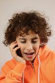 Ein kleiner junge ist mit seinen freunden am telefon im chat — Stockfoto