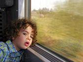 Chłopczyk nudzi się na podróż pociągiem — Zdjęcie stockowe