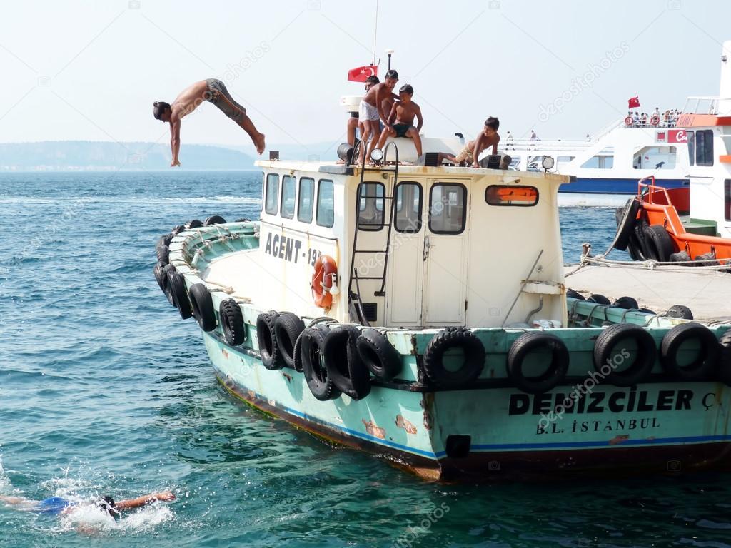 прыжки в воду на лодке