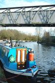 Casas flotantes en canal bajo puente — Foto de Stock