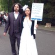 Newly married Turkish protesters — Stock Photo