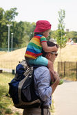 Child is on Father's shoulder — 图库照片