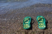 Flip flops am strand — Stockfoto