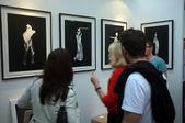 Visualização de arte em uma galeria de pessoas — Fotografia Stock