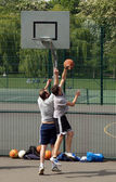 Two men playing outdoor basketball — Stock Photo
