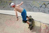 Young teenage boy skateboarding — ストック写真