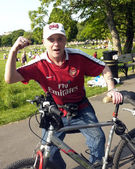 Arsenal supporter with his bike — Stock Photo