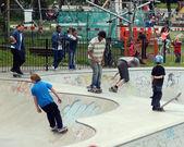 Skateboarders in park — Zdjęcie stockowe