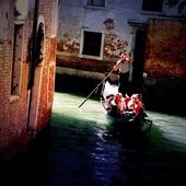 Gondola in the canal — Stock Photo