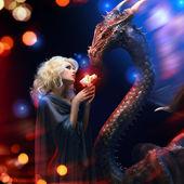 Atraktivní blondýna a velký drak — Stock fotografie