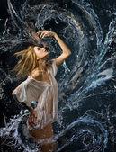 Hermosa chica en una camisa blanca mojada y un dragón de agua — Foto de Stock