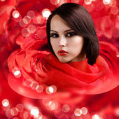 красивое лицо в красных роз лепестки с светильники — Стоковое фото