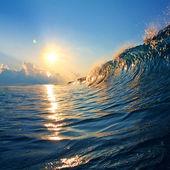 закат на пляже с винтовой океана волны — Стоковое фото
