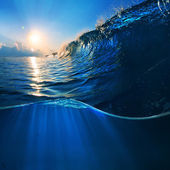Big surfing scean breaking wave in sunlight — Stock Photo