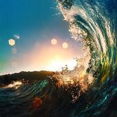 Zonsondergang op het strand met schroef oceaan golf — Stockfoto