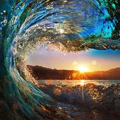 Atardecer en la playa con olas de tornillo — Foto de Stock