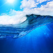 Big surfing scean breaking wave in sunlight — Стоковое фото