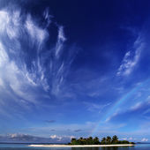 Beautiful ocean-view landscape. Tropical maldivian island in daylight with rainbow on horizon and white sandy beach — Zdjęcie stockowe