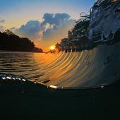 夏の海のデザイン テンプレートです。青緑色の海サーフィン砕波点と日没時にはね — ストック写真