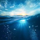 Modèle de conception avec la partie sous-marine et coucher de soleil lucarne splitte — Photo