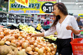 美丽的年轻女子买水果和蔬菜 — 图库照片