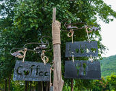 Direction signpost of coffee lobby dining room with arrows in park — Stock fotografie