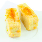 Bir yumurta bir tabak içinde kullanarak suşi tamago nigiri yaki olduğunu — Stok fotoğraf