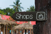 Wooden signage indicating shopping area to the market — Stockfoto