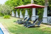 Vista de sillas largas negros ubicado a un lado piscina — Foto de Stock