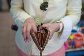 женщина находит деньги в коричневый кошелек или бумажник на рынке — Стоковое фото