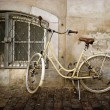 Old style rusty bicycle and wall — Stock Photo