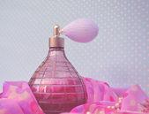 Ročník parfémy láhev s rozprašovačem — Stock fotografie