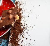 Koyu çikolata kahve tabağı ve boş kağıt üzerinde — Stok fotoğraf