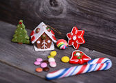 Small decorative house and christmas tree on wooden background — 图库照片