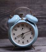 木製の背景にレトロなターコイズ ブルーの時計 — ストック写真