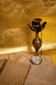Old clock on the books — Foto Stock