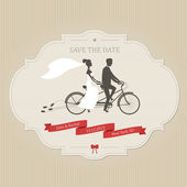 Funny wedding invitation with bride and groom riding tandem bicycle — Stockvector