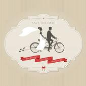 Lustige hochzeitseinladung mit braut und bräutigam mit tandem-fahrrad — Stockvektor