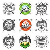 Uppsättning av vintage camping etiketter och emblem — Stockvektor