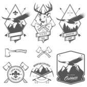Senderismo y camping vintage etiquetas, escudos y elementos de diseño — Vector de stock
