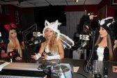 Josie stevens, ashley marriott, kerri kasem op kerri kasem praat halloween in de sixx zin studios met josie houdt j. valentine kostuums, sixx zin studio's — Stockfoto