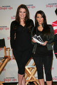 Khloe Kardashian and Kim Kardashian at a press conference to announce a Gl — Stok fotoğraf