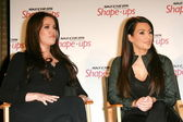 Khloe kardashian ve kim kardashianat bir gl duyurmak için bir basın toplantısı — Stok fotoğraf