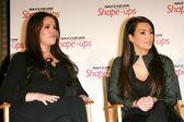 Khloe kardashian y kim kardashianat una conferencia de prensa para anunciar un gl — Foto de Stock