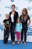 Marcia Gay Harden with daughter and twins — Stockfoto