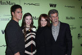 Hailee Steinfeld with Brother Griffin and Parents Cheri and Pete at the Fourth Annual Women in Film Pre-Oscar Cocktail Party, Soho House, West Hollywood — Stock Photo
